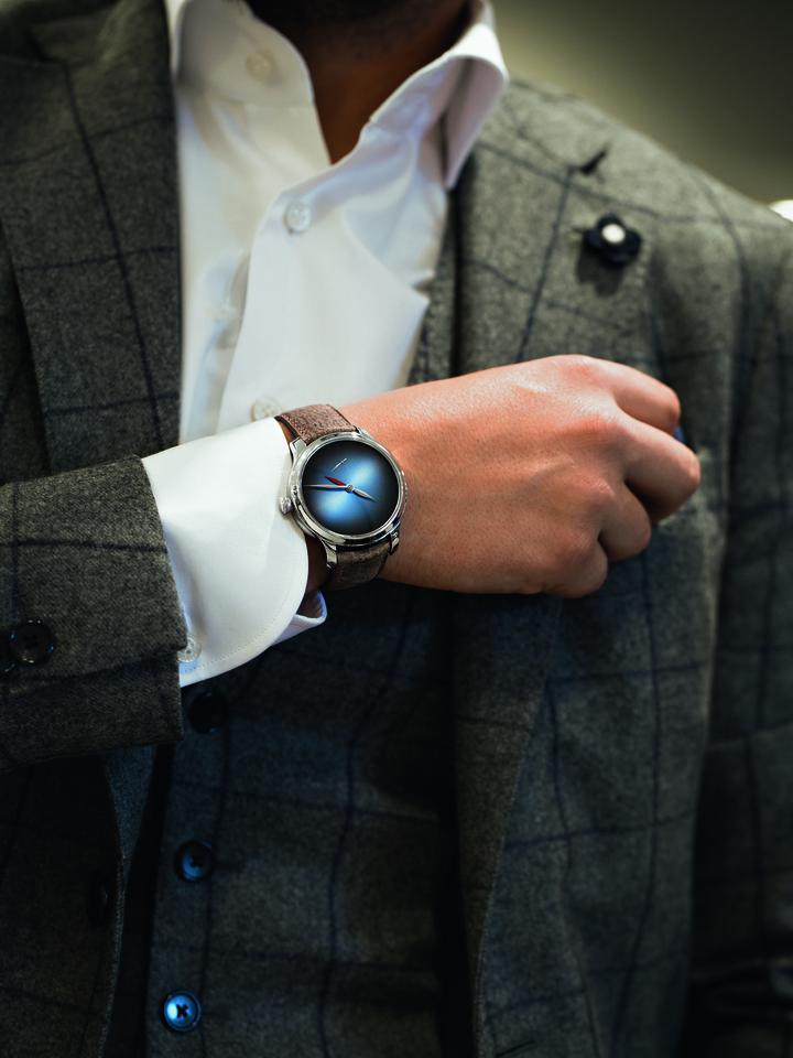 亨利慕時勇創者兩地時概念腕表(鉑金款), 140萬9,000元。圖/H. Moser & Cie提供