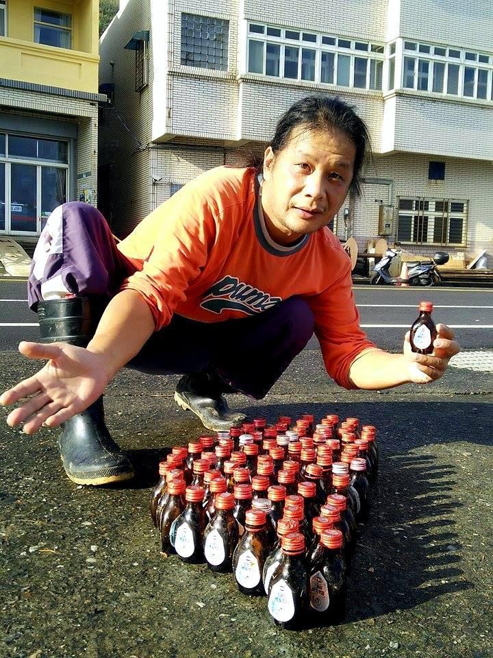陳信助在海邊淨灘,清出81瓶感冒藥水瓶,排成台灣。圖/陳信助提供