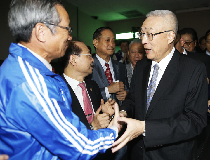 前副總統吳敦義(右)上午舉行參選中國國民黨主席記者會,一進場受到大批支持者加油打氣。記者鄭超文/攝影