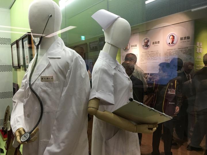 北榮院史廳展示早期醫師服及護士服。記者鄧桂芬/攝影