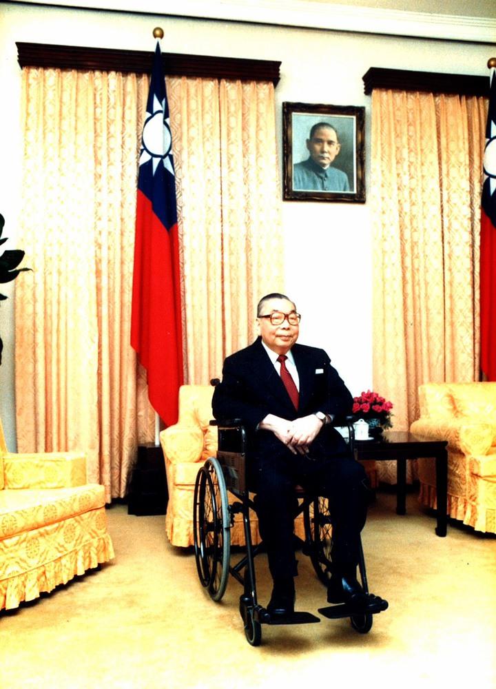 已故總統蔣經國曾坐過的國寶級輪椅,如今現身在台北榮總院史廳。圖/北榮提供