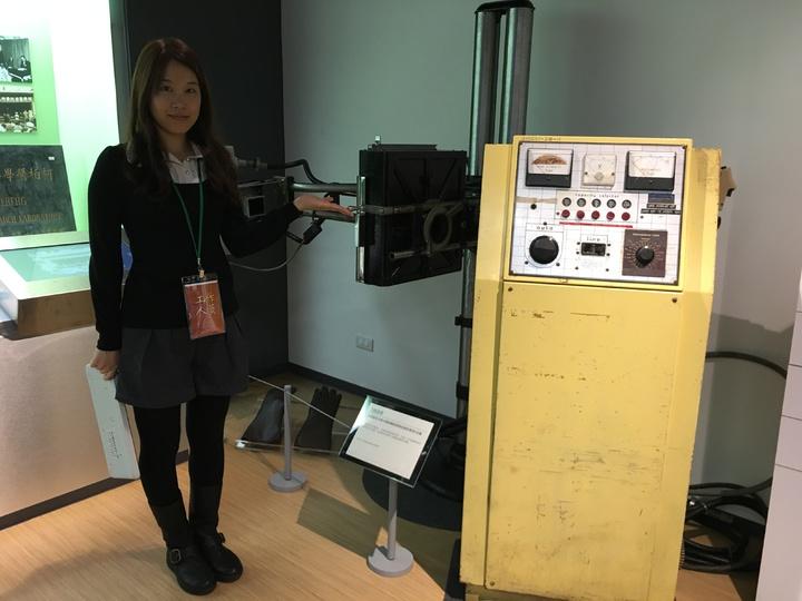 北榮院史廳展示全國僅存的手動式頭頸部攝影X光機。 記者鄧桂芬/攝影