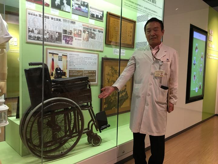 北榮身障重建中心副技師隋中天與他的作品,也就是已故總統蔣經國曾坐過的輪椅合照。記者鄧桂芬/攝影