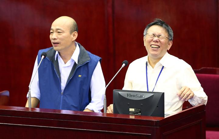 韓國瑜宣布要選國民黨主席,柯文哲連笑三聲;圖為去年韓國瑜和柯文哲同台備詢的場景。本報資料照