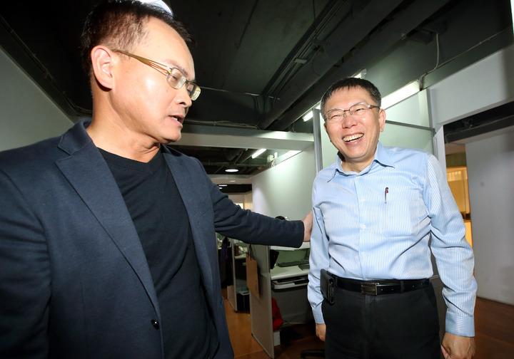 台北市長柯文哲(右)到電台接受鄭弘儀專訪。記者屠惠剛/攝影