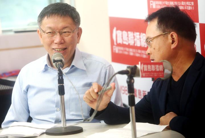 台北市長柯文哲(左)到電台接受鄭弘儀專訪。記者屠惠剛/攝影