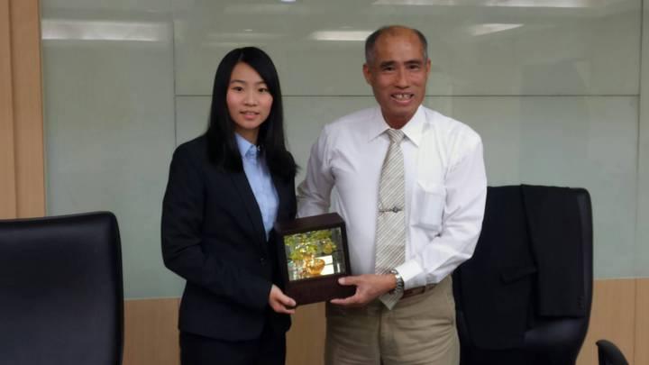 葉芮羽(左)去年同時考上司法官,律師,調查局,警官,嘉義縣醫師公會理事長吳正雄(右)今天為她慶賀。記者/卜敏正攝影