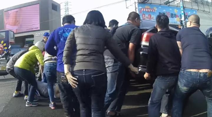 前天台南一起車禍,熱心民眾協力抬車,拉出患者,消防人員認為不妥。記者江孟謙/翻攝