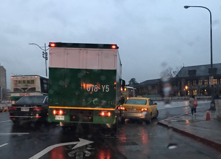 台北市忠孝西路往三重方向發生郵務車與計程車擦撞車禍,導致車輛行車速度緩慢。記者蘇健忠/攝影
