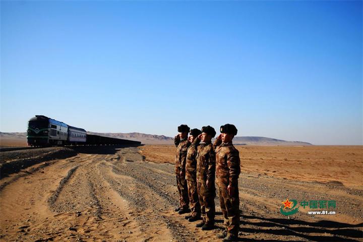 警衛官兵向列車致敬。(中國軍網)