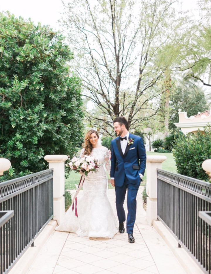 布萊恩上周末完婚,透過Instagram曬恩愛,貼出兩人的婚紗照,寫著:「Mr. & Mrs. Bryant!!!」圖/取自布萊恩Instagram