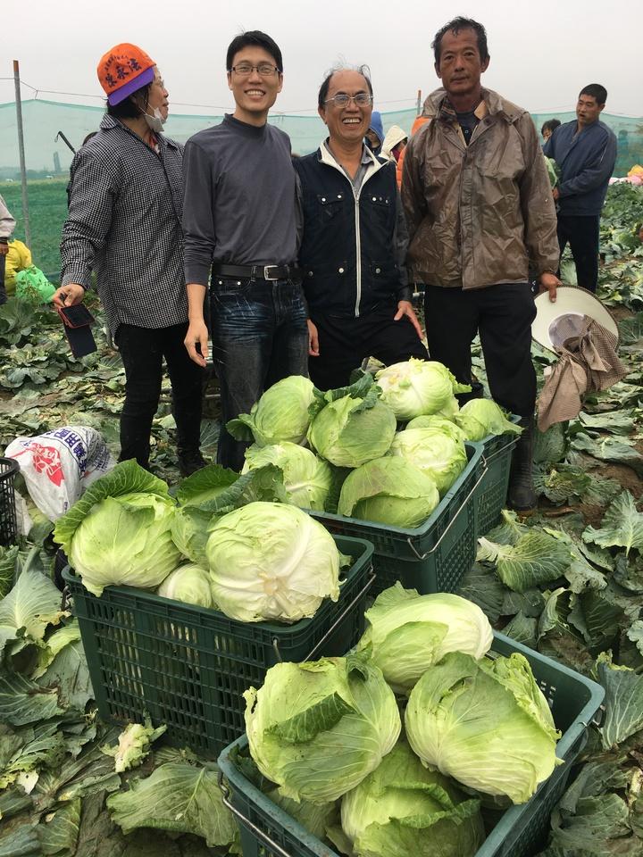 台南市新市農民陳朝坤(右)感謝這麼多人來幫忙。記者吳淑玲/攝影