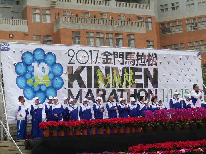 金門馬拉松休閒組上午開跑,金門縣長陳福海到場,計有1.7萬人參與。記者王樹衡/攝影