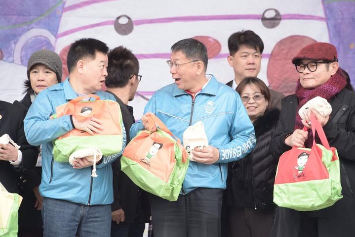 對於未來2年任期的最大展望,台北市長柯文哲(中)說,這一路跌跌撞撞有很多可以改進的地方,如今認真把每天事情做好,就是連任最好準備,不要想東想西的。圖/北市府提供