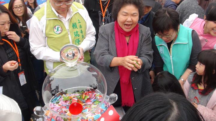 高雄市長陳菊(中)和立委劉世芳(右)發糖果給小朋友。記者謝梅芬/攝影