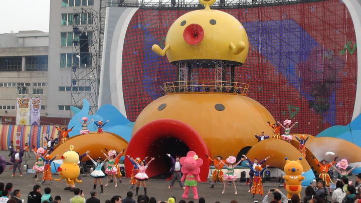 8咘搞怪樂園今天上午在高雄夢時代前廣場登場。記者謝梅芬/攝影