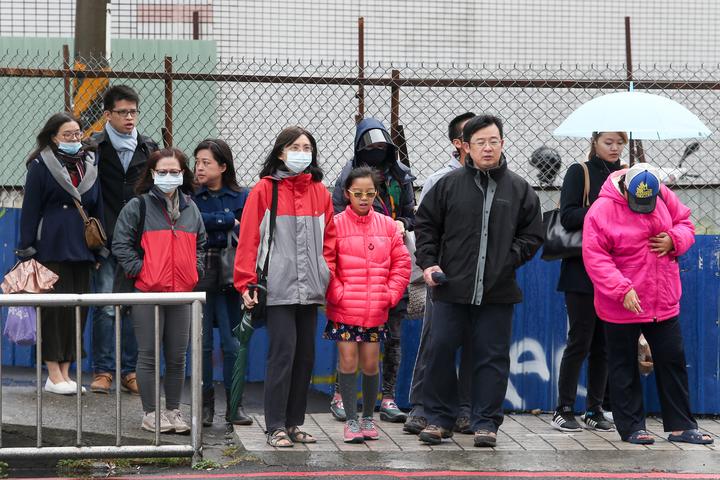 受到大陸冷氣團籠罩,今天台中地區氣溫遽降,民眾出門時紛紛穿著保溫衣物。記者黃仲裕/攝影