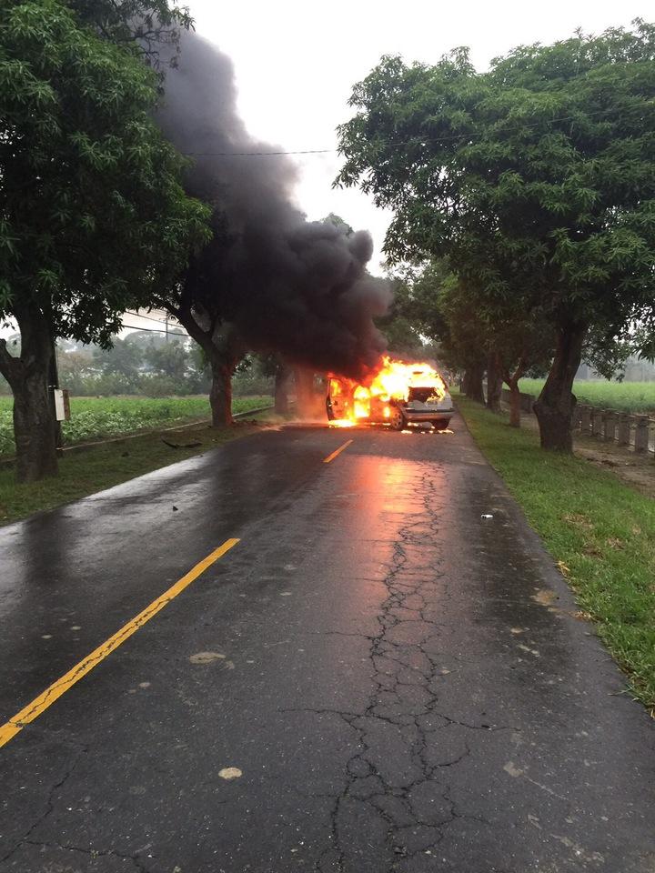 白河發生一起自撞樹木的火燒車,駕駛人人自行脫困。記者吳政修/翻攝