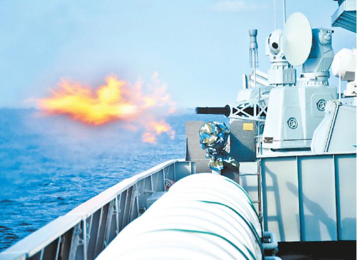 解放軍衡陽艦的近迫快炮去年12月28日在印度洋進行實彈射擊。(大陸國防部官網)
