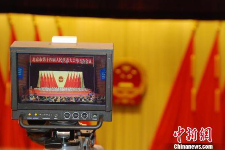 媒體直播北京市代市長蔡奇作政府工作報告。(中新網)