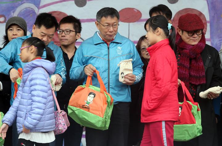 台北市長柯文哲上午出席在東湖國小舉行的寒冬送暖園遊會,柯文哲在園遊會中致贈禦寒衣物給弱勢家庭孩童。記者徐兆玄/攝影