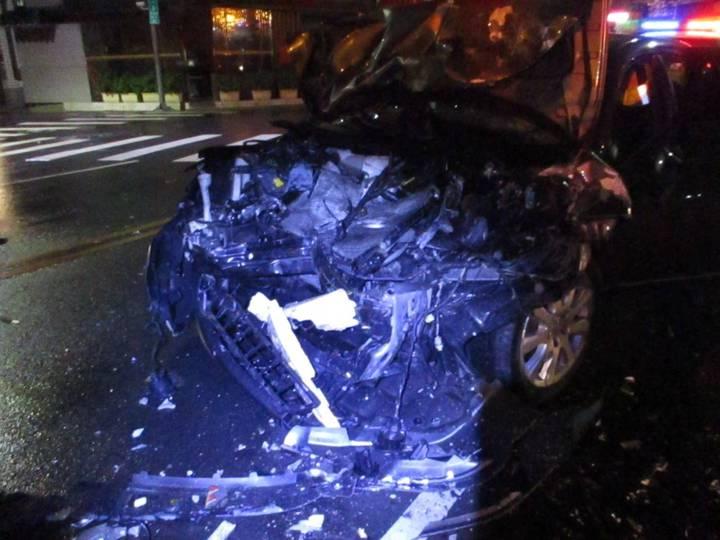 台中市周姓男子今天凌晨酒後駕駛豐田CAMRY轎車,不知何故與張男駕駛的三菱箱型車對撞,轎車車頭幾乎全毀。圖/警方提供