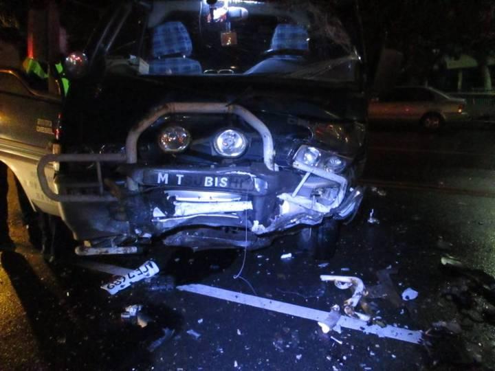 台中市周姓男子今天凌晨酒後駕駛豐田CAMRY轎車,不知何故與張男駕駛的三菱箱型車對撞,箱型車車頭毀損。圖/警方提供