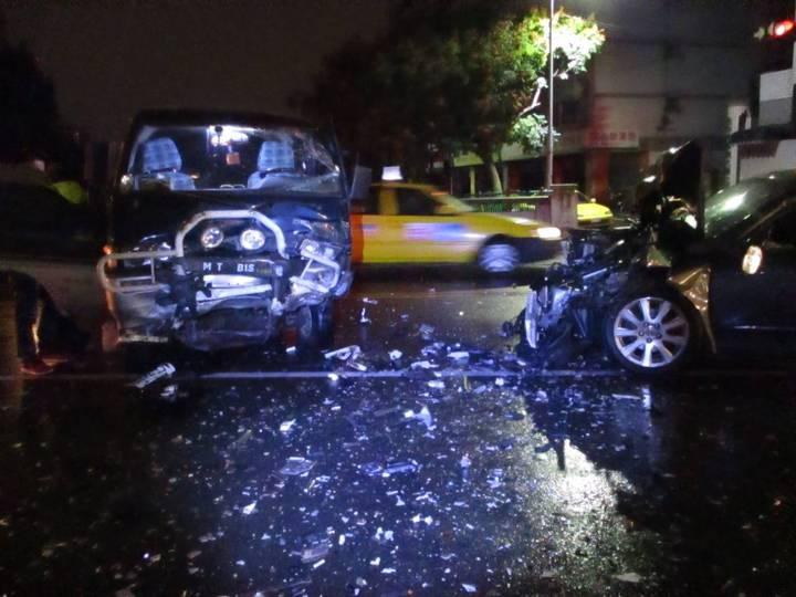 台中市周姓男子今天凌晨酒後駕駛豐田CAMRY轎車,不知何故與張男駕駛的三菱箱型車對撞。圖/警方提供