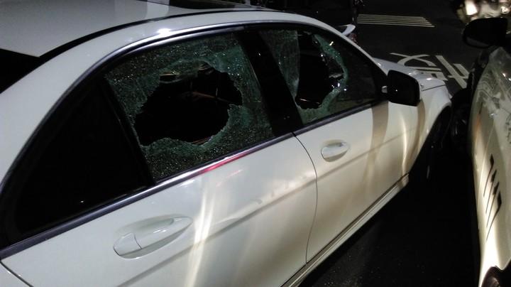 張男駕駛租賃的賓士車購買k他命,警方查緝時因他開車衝撞警車,員警將車窗打破。記者陳宏睿/翻攝