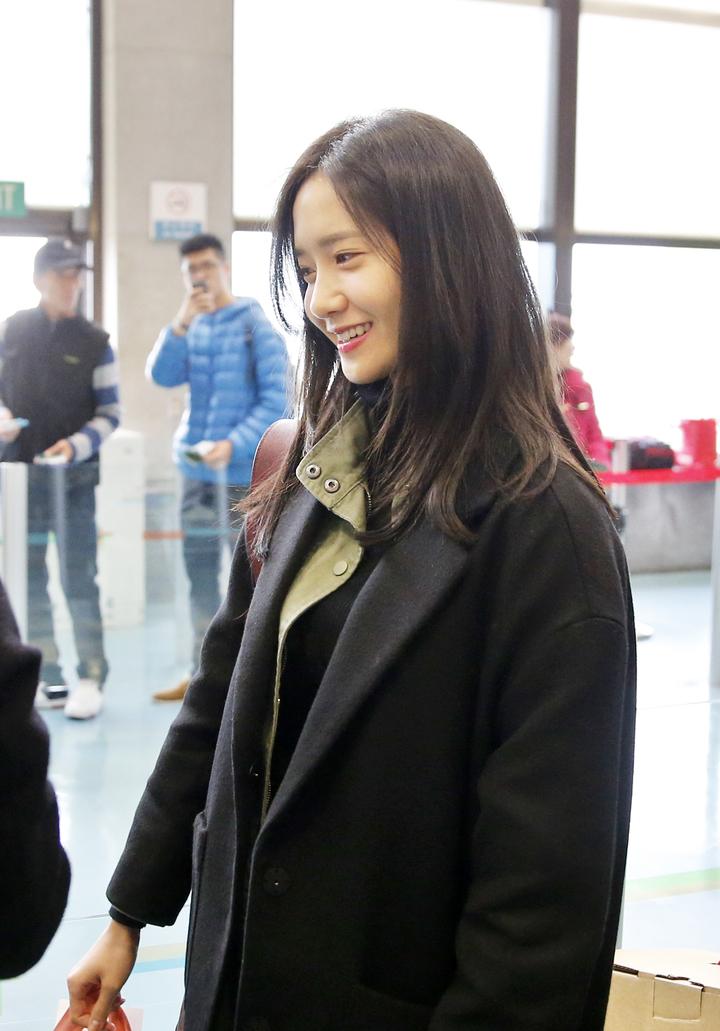 南韓團體少女時代的「潤娥」中午搭乘KE-692班機返國。記者鄭超文/攝影