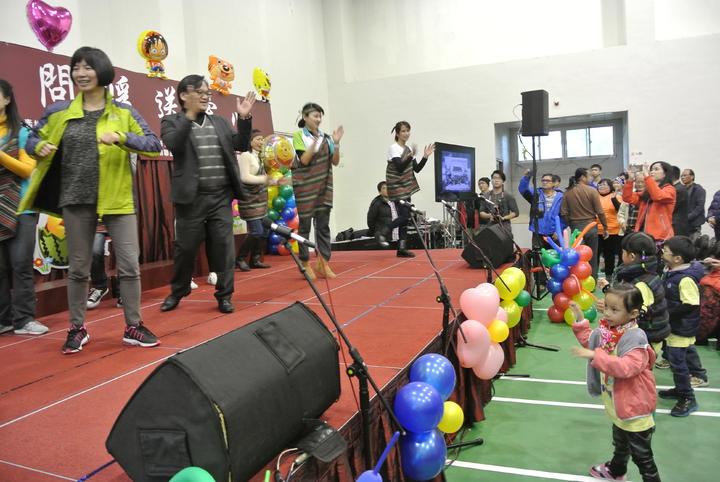 台中市副市長林依瑩(左一)與博愛國小校長古金益(左二)上台跳原民舞,台下孩子也跟著音樂扭動,相當逗趣。記者林佩均/攝影