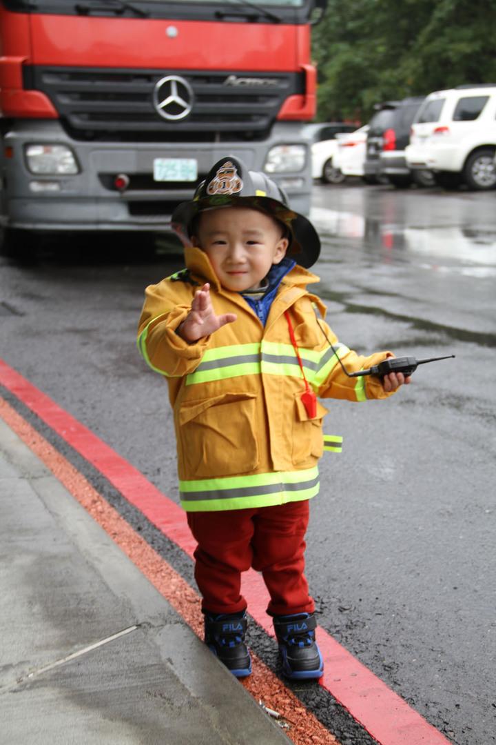 宜蘭消防局消防體驗,才兩歲的黃小弟弟全身裝備,堪稱最萌的打火兄弟。記者羅建旺/攝影