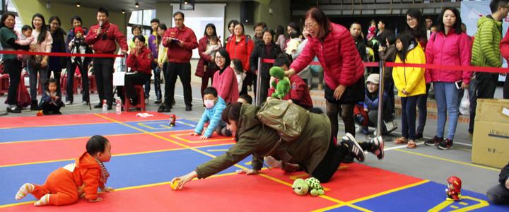 宜蘭消防局今天有消防體驗及寶寶爬行比賽。記者羅建旺/攝影