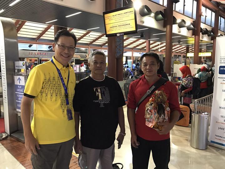 在印尼被留置3個多月「日連財16號」船長蔡雲明(中)、輪機長蔡雲忠(右),今天凌晨開心自雅加達搭機到香港轉機返台。圖/莊瑞雄服務處提供
