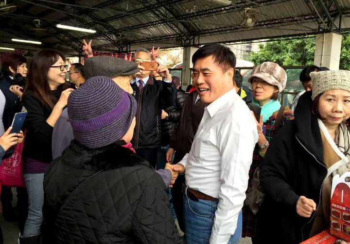 有意角逐國民黨主席的郝龍斌,今參加新竹市「眷村年菜好味道」活動,爭取眷村人支持。記者李青霖/攝影