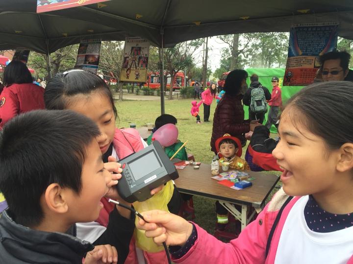 影音偵搜儀,小朋友拿來看蛀牙,玩得開心。記者吳政修/攝影