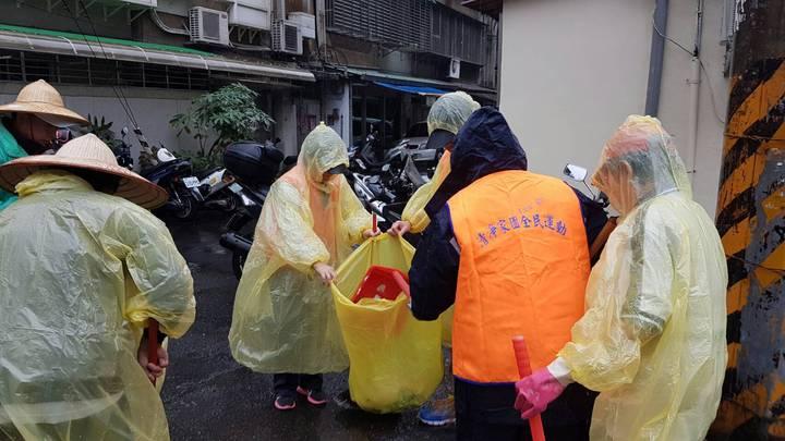 春節即將來臨,海巡署響應政府舉辦國家清潔活動,今日上午結合興得里里民,針對海巡署周邊50公尺內環境實施大掃除工作。圖/海巡署提供