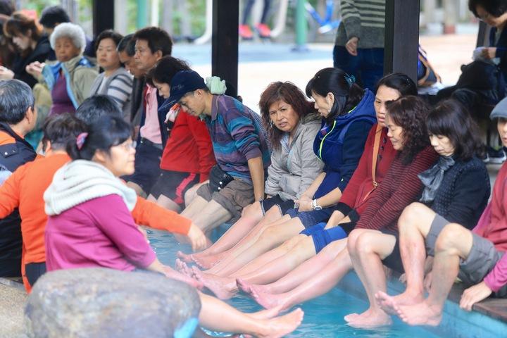 天氣冷颼颼,民眾到北投泡腳取暖。記者林伯東/攝影