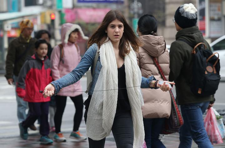 寒冷又下雨,今天創入冬以來最低溫,民眾上街全副武裝,口罩、帽子、冬大衣紛紛出籠,外國朋友走在台北街頭也批起圍巾。記者林俊良/攝影