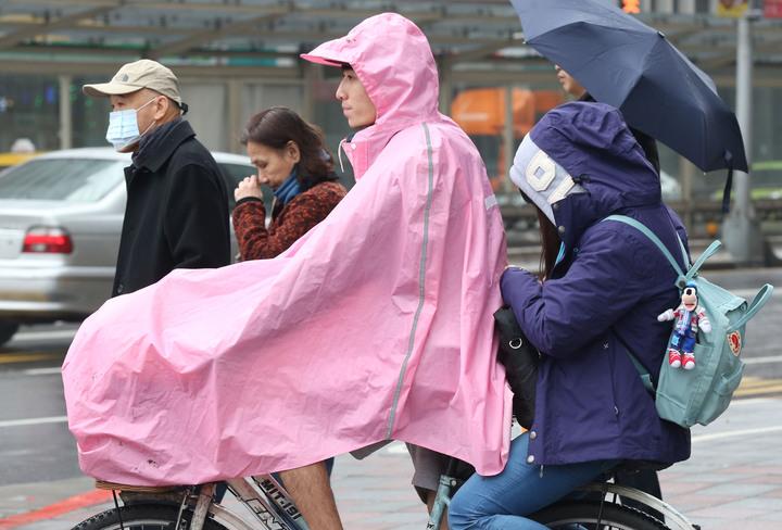 寒冷又下雨,今天創入冬以來最低溫,民眾上街全副武裝,口罩、帽子、冬大衣紛紛出籠,感冒病號也增加,尤其帶幼兒外出必須更加注意保暖。記者林俊良/攝影