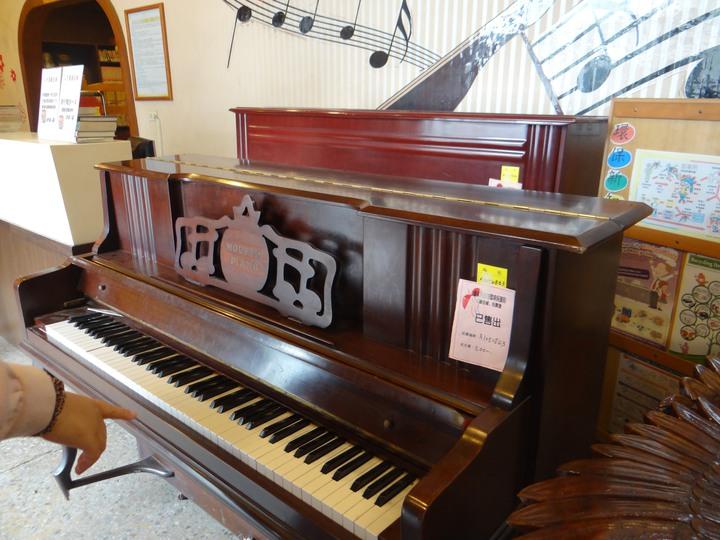 台南市環保局藏金閣今天舉辦迎春拍賣會,張姓兄弟以5千元拍得4台鋼琴  。記者鄭惠仁/攝影