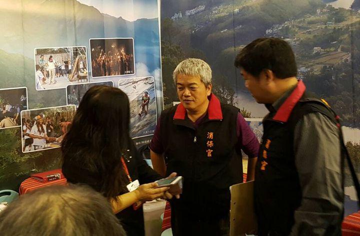 台中市消保官跨縣市到台南旅展,現場協助禮券健檢,為消費者權益把關。圖/台中市法制局提供