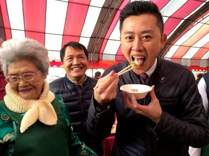 新竹市「眷村年菜好味道,」市長林智堅獨鍾87歲奶奶龐桂英的清蒸臭豆腐。記者李青霖/攝影