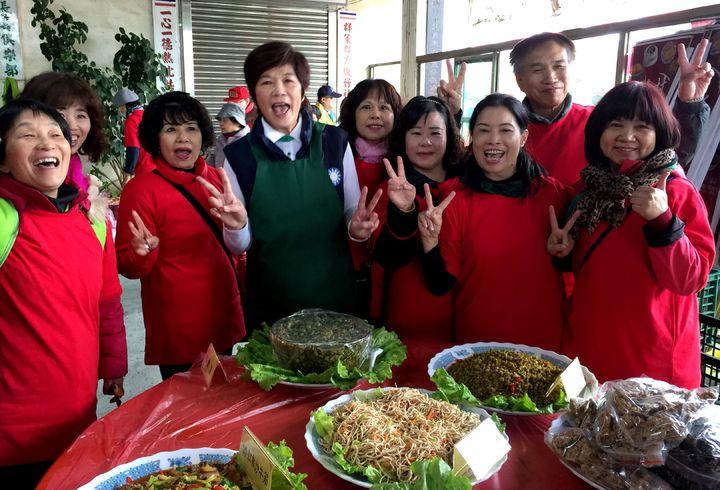 新竹市「眷村年菜好味道」品嘗活動,吸引大批民眾參與;眷村媽媽們也開心不已。記者李青霖/攝影