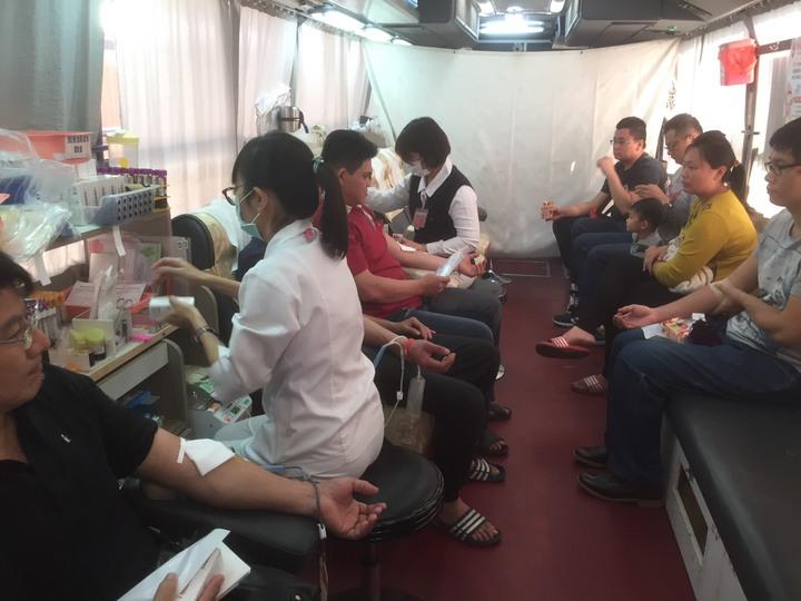 竹山紫南宮元月分舉辦「捐血換錢母」活動,民眾熱烈參與。記者張家樂/攝影