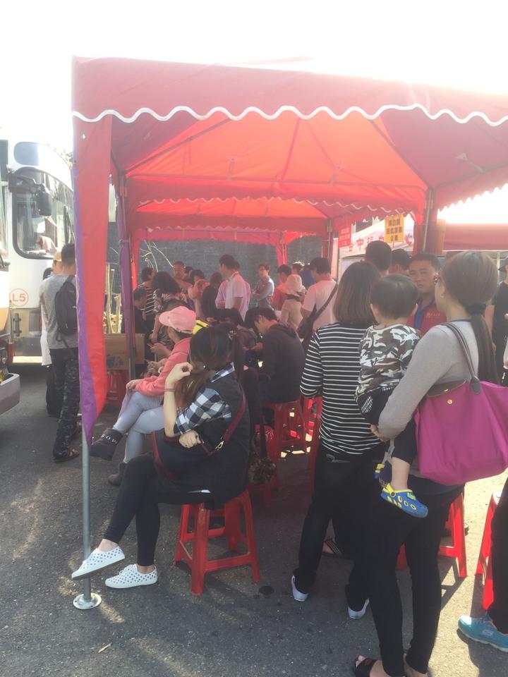 紫南宮舉辦「捐血換錢母」,熱心的民眾大排長龍。記者張家樂/攝影