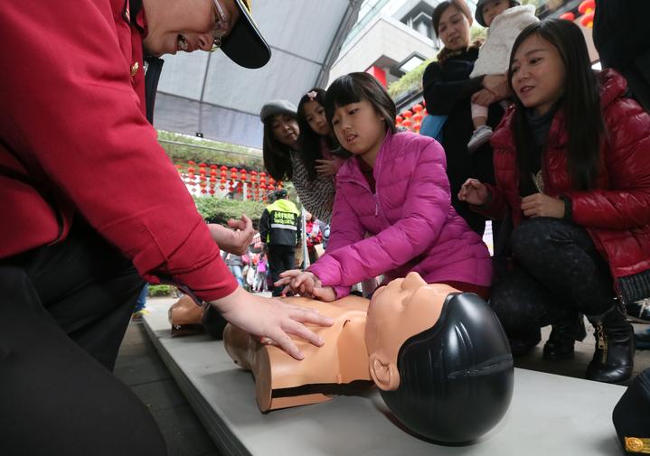消防員教導民眾學習CPR搶救。記者許正宏/攝影