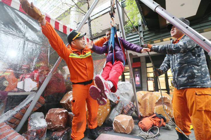 救難隊讓民眾體驗災區救難吊掛。記者許正宏/攝影