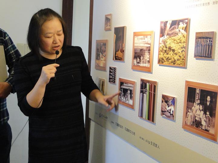 花蓮市尚文堂負責人郭瑞珍看著老照片細數裱褙行輝煌過往。記者范振和∕攝影