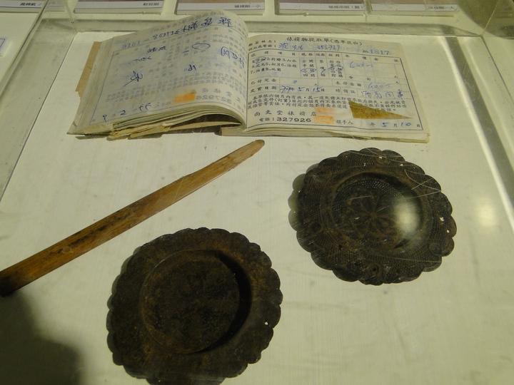 花蓮市尚文堂裱褙行老舊帳本與紙門拉環,令人發思古悠情。記者范振和∕攝影